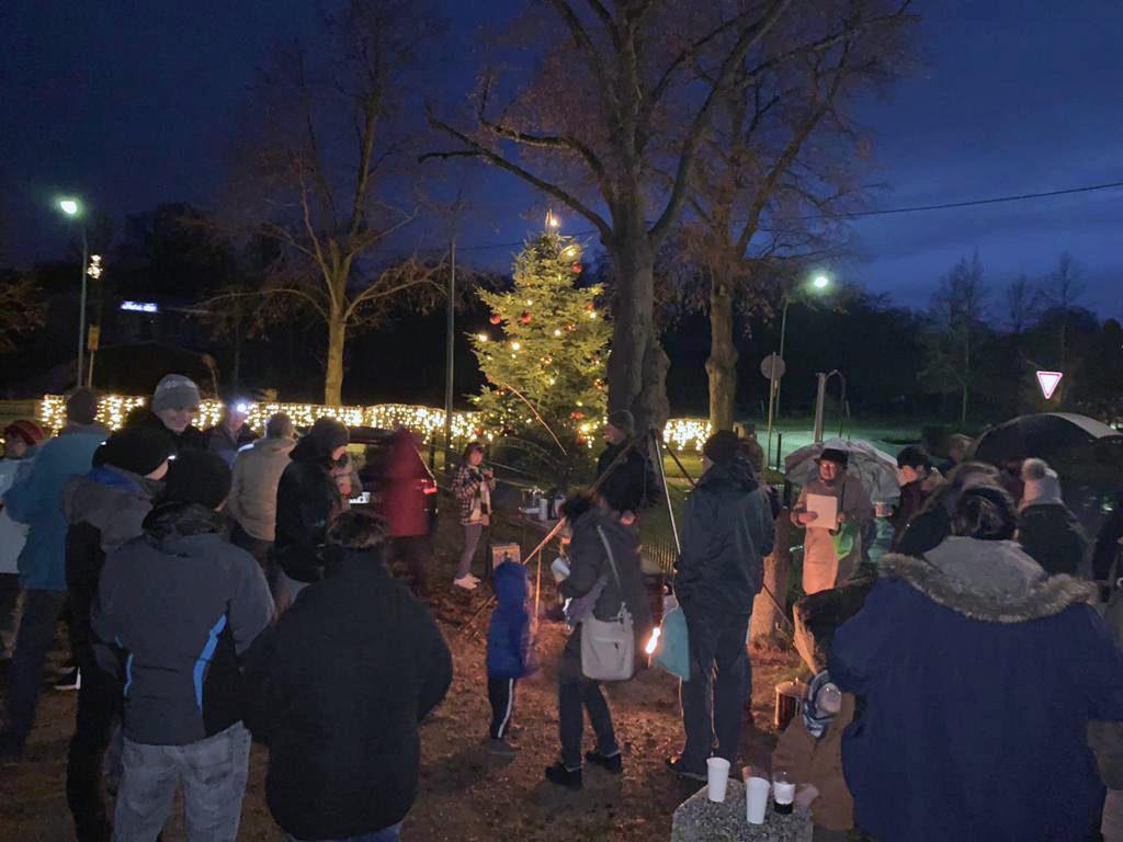 Spontan fanden sich viele Frankener zum Advenstsingen am Weihnachtsbaum unter den Linden ein