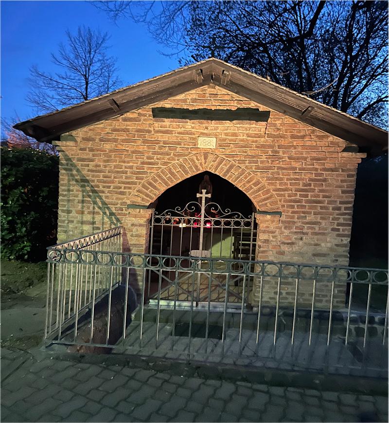 Die Lourdes-Kapelle in Franken erstrahlt jetzt allabendlich im einladenden Licht