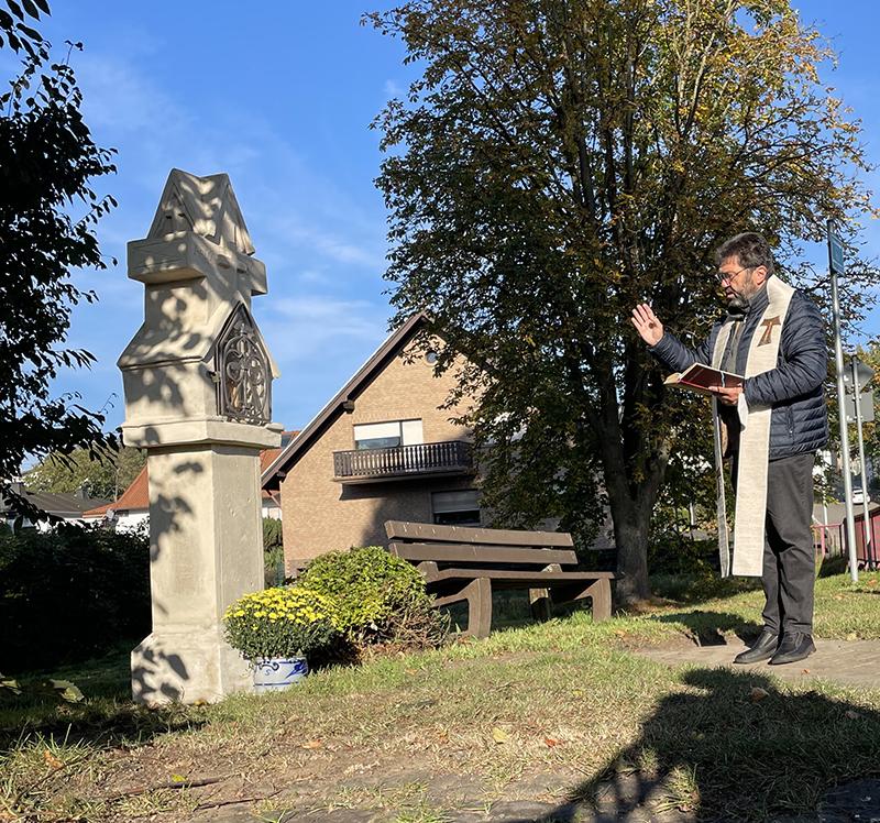 Pastor Frank Werner weihte das restaurierte Wegekreuz in Franken ein